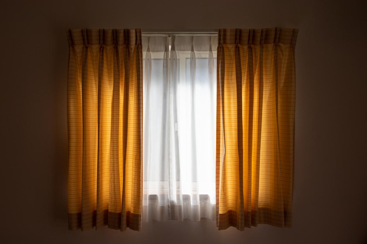 okno so zatemňovacími závesmi