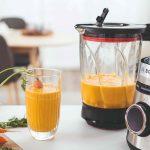 Mixér na stole s mrkvovou šťavou