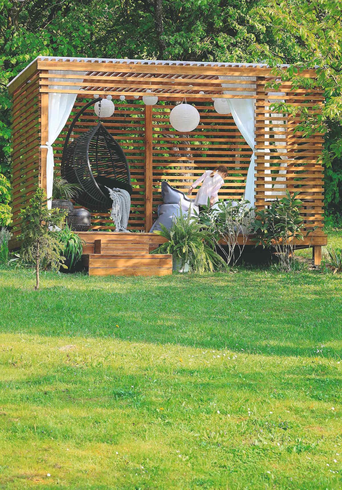 Drevený altánok so sedením v záhrade