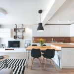 Obývačka spojená s kuchyňou v škandinávskom štýle