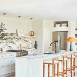 Biela kuchyňa s mramorovou doskou