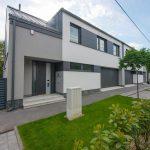 Moderný hranatý rodinný dom so sivou fasádou