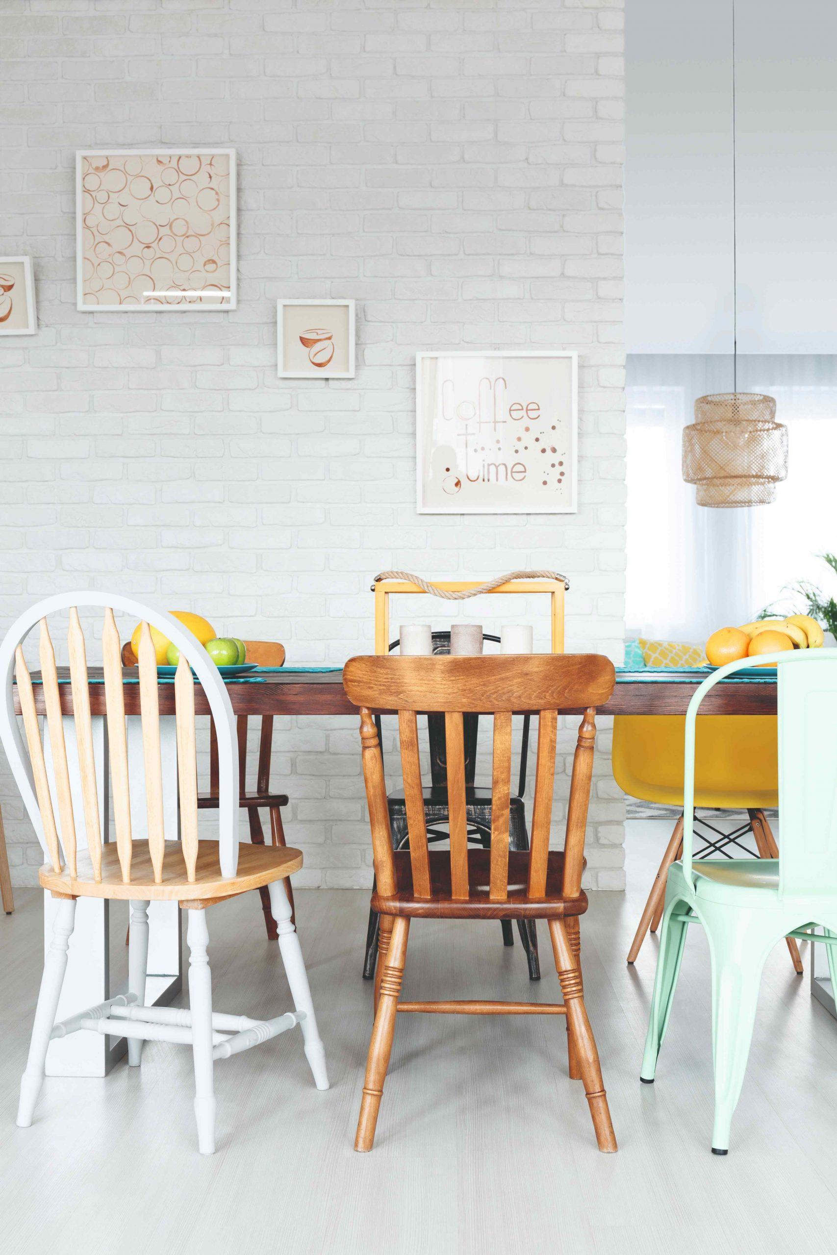 Jedálenský stôl s rôznymi starými stoličkami