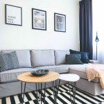 Kút obývačky s veľkou sivou sedačkou a obrazy
