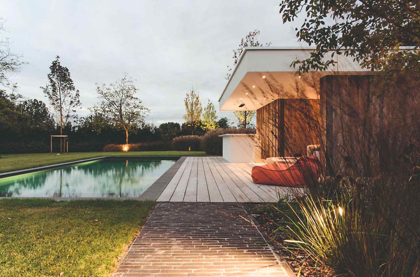 Vysvietená terasa rodinného domu pri bazéne