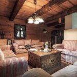 Obývačka v chate s veľkými vzorovanými pohovkami
