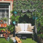 Zelená stena v záhrade s hojdačkou
