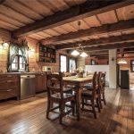 Vidiecka kuchyňa s jedálenským stolom a obývačka v chalupe