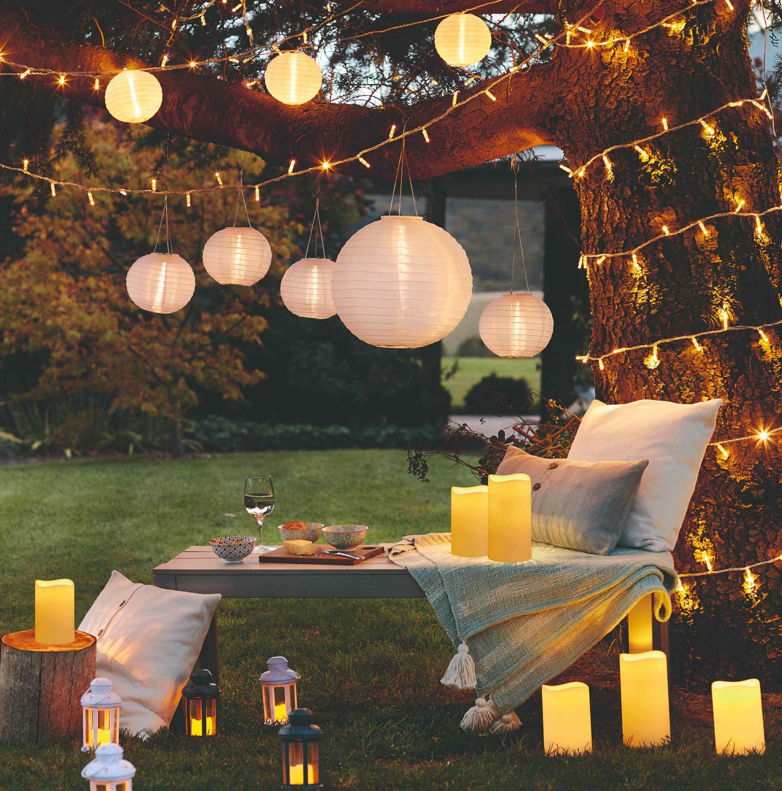 Svetelné lampióny, svečky a reťaze v záhrade