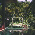 Veľká hojdačka pri bazéne