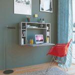 Závesný skladací stolík v pracovnom kúte