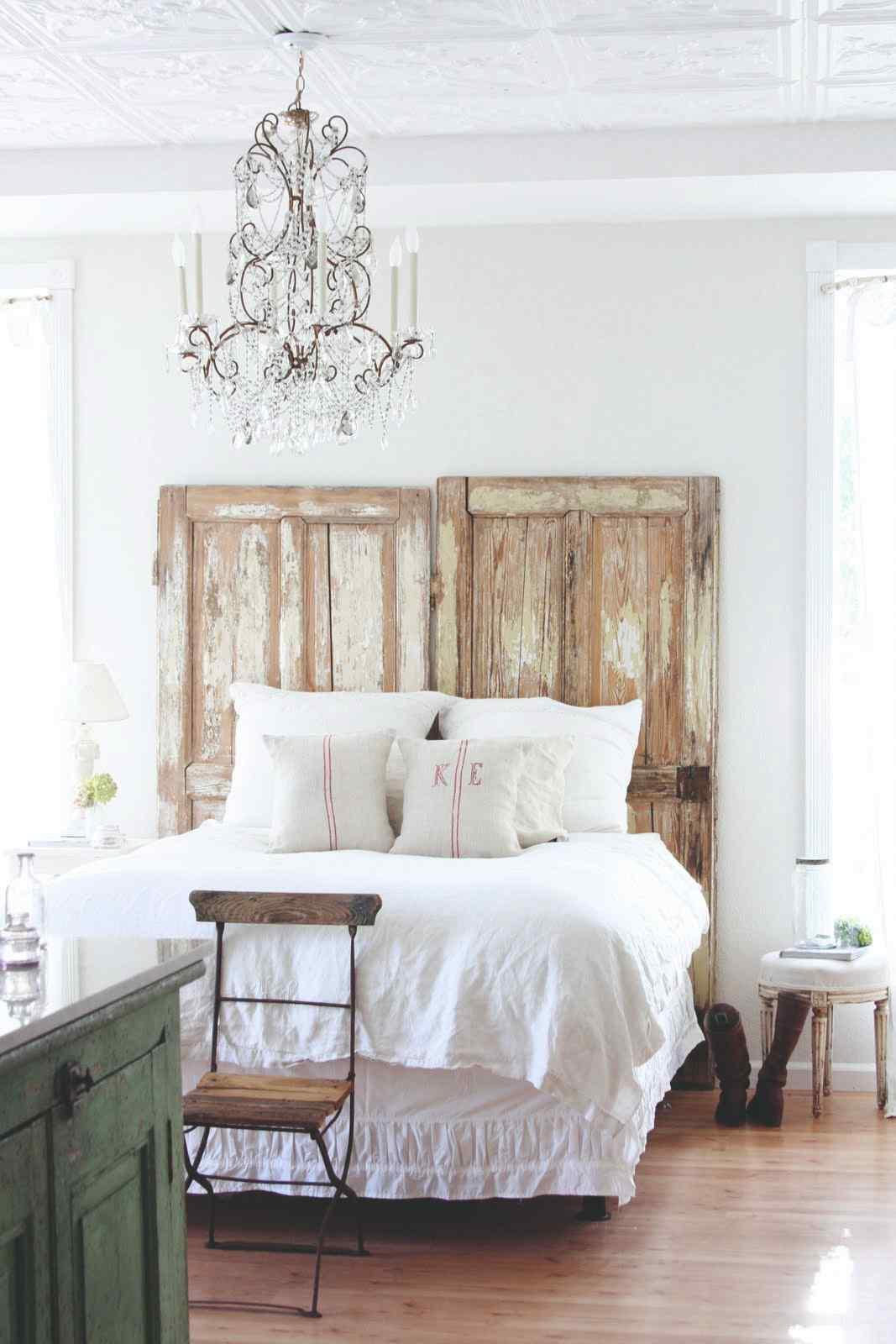 Staré dvere ako dekorácia v spálni