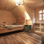 Svetlá drevená spálňa v chalupe