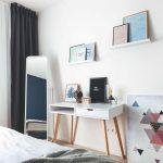 Stolík v spálni a obrazy na poličkách