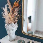 Váza v tvare hlavy so sušenými kvetmi