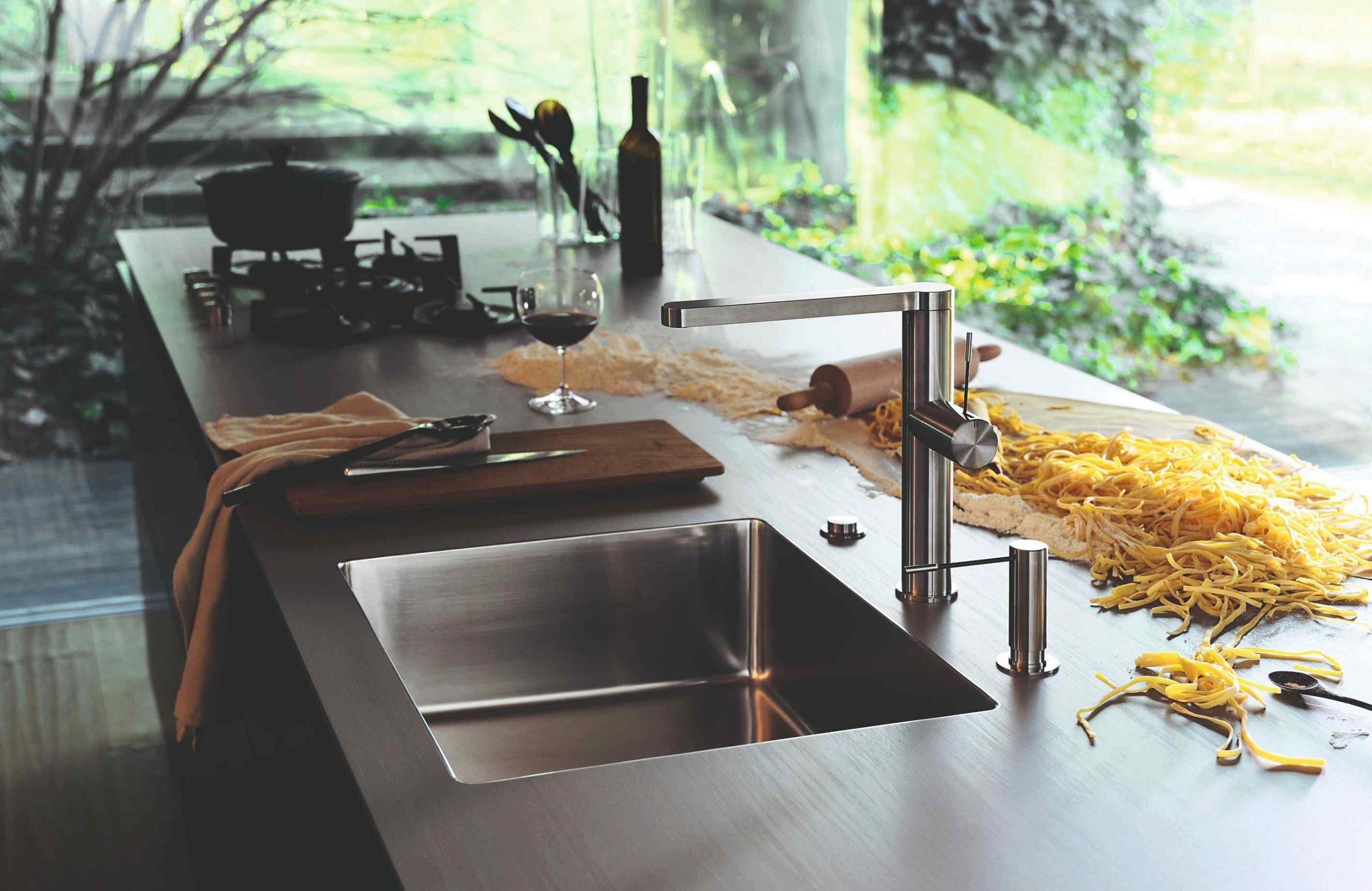 Moderná kuchyňa s oceľovou pracovnou doskou