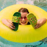 Dievča v plávacom kolese s avokádovými šľapkami