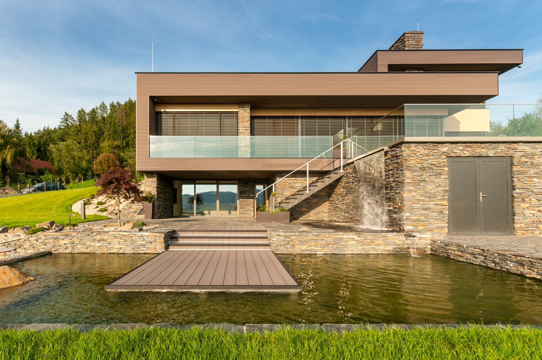 Moderný dom s kompozitným obložením fasády