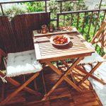 Balkón s dreveným sedením