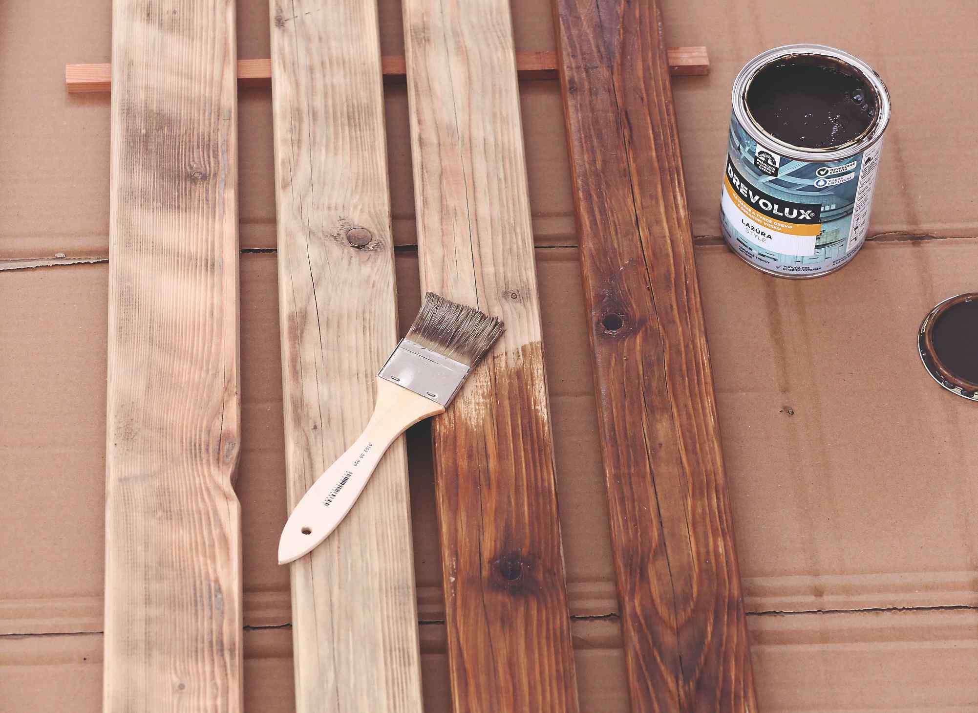 Nanášanie tenkovrstvej lazúry na drevo