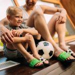Otec a syn s futbalovou loptou