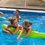 Žena a dievča na nafukovačke v bazéne