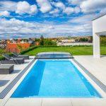 Kopaný bazén pred vilou s výhľadom