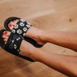 Nohy v šľapkách s mačacím vzorom
