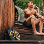 Muž pije pivo na schodíkoch