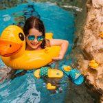 Dievčatko v bazéne s kačičkovým kolesom