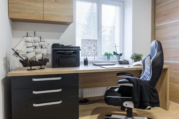 pracovňa s čiernou stoličkou