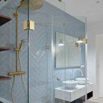 Kúpeľňa s dvoma okrúhlymi umývadlami a mosadznou sprchou