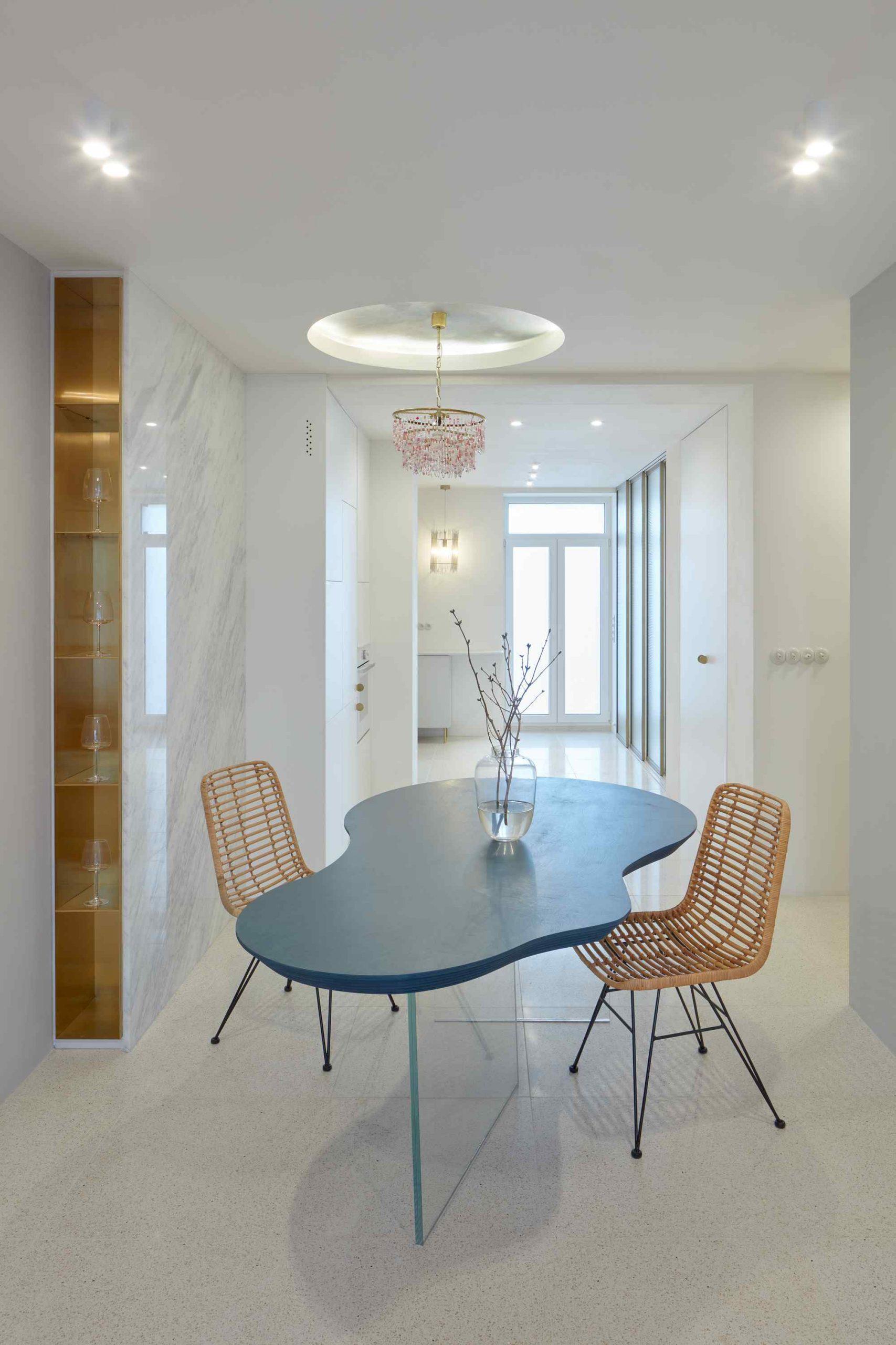 Dizajnový stôl s lykovými stoličkami