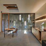 Drevená kuchyňa s presklenou časťou a pôvodným múrom