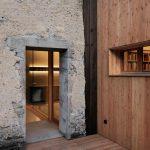 Kamenná a drevená stena v stodole s oknami