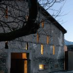 Kamenná stodola s úzkymi oknami