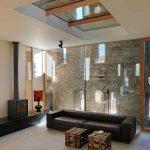 Presklená stena v obývačke s pôvodným múrom