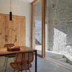 Preskleá stena s pôvodným múrom v jedálni