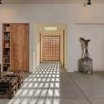 Vyrezávaná drevená zástena v obývačke