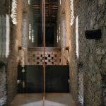 Pôvodné kamenné múry s úzkymi oknami