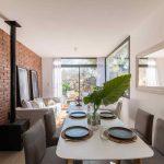 Obývačka a jedáleň s výhľadom na terasu so sedením