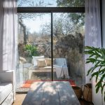 Obývačka s výhľadom na terasu so sedením