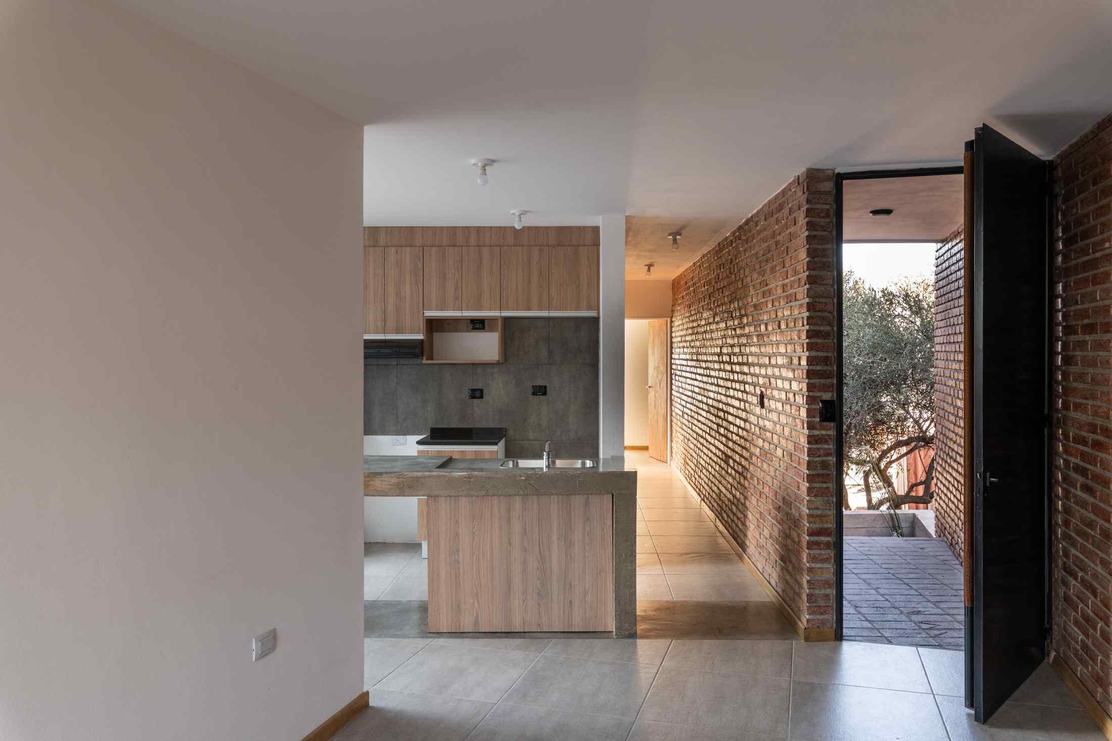 Vchod do kuchyne s tehlovou stenou