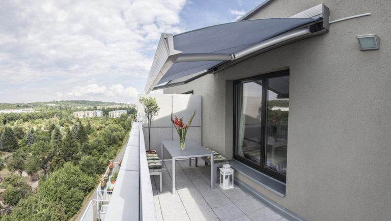 Zatienenie balkóna alebo lodžie je v letných dňoch nevyhnutné. Ako na to?