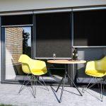 Fasádna clona na terase so žltými stoličkami