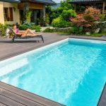 Bazén pred rodinným domom a žena na lehátku