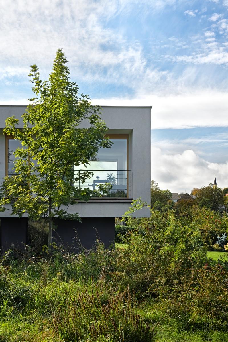 Časť rodinného domu s veľkými oknami