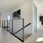 Poschodie domu v bielej s kovovým schodiskom