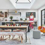 Žena stojaca v peknej útulnej kuchyni s ostrovčekom
