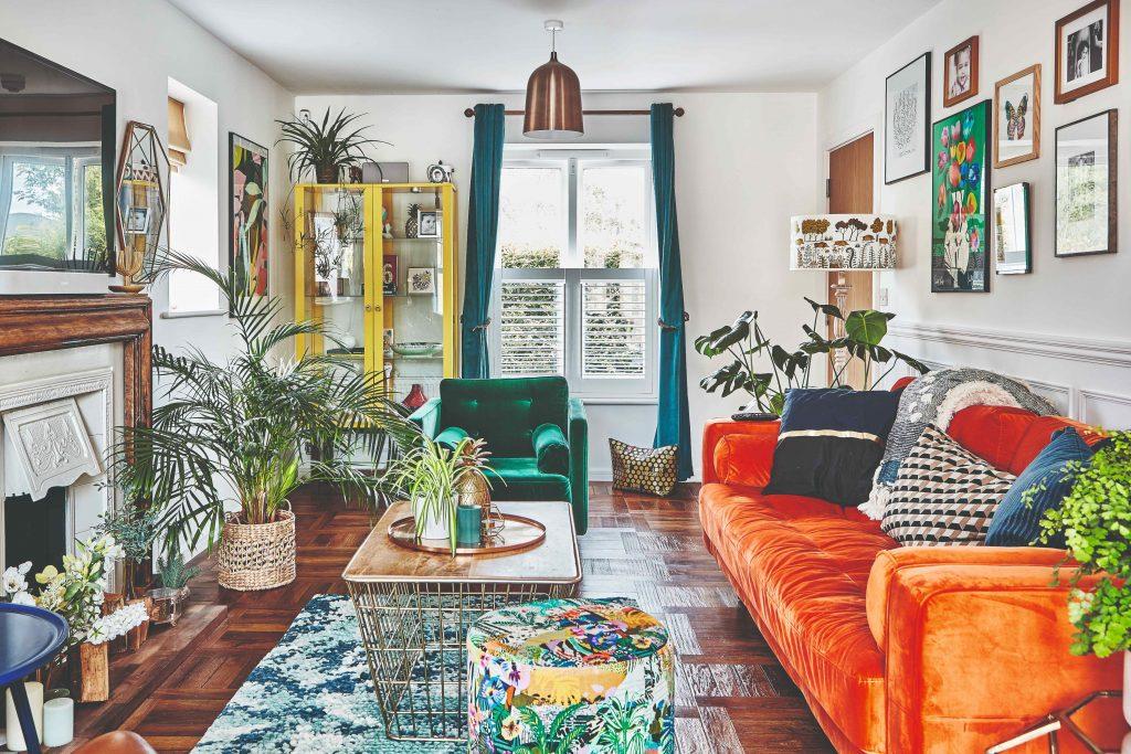 Z fádnej novostavby je dnes dom, ktorý je skutočnou oslavou vzorov a farieb